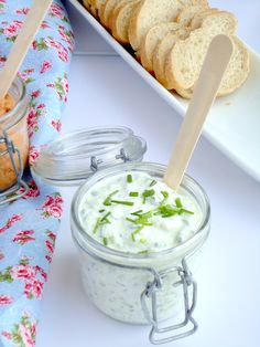 Tzatziki with chives I Love Food, Good Food, Yummy Food, Tasty, Party Food And Drinks, Snacks, Happy Foods, Greek Recipes, Chutney