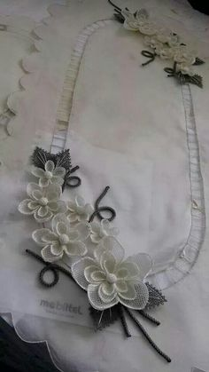 İğne oyası Hand Embroidery Letters, Embroidery Applique, Bead Crochet, Filet Crochet, Flower Crafts, Diy Flowers, Brother Innovis, Lace Beadwork, Crochet Borders