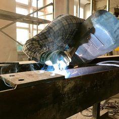 """Papa Włodzimierz nie oszczędza elektrod podczas układania Spawów na przygotowywanym przez #wszystkozestali ruszcie stalowym. Już niedługo instalatorzy będą mieli na czym wieszać swoje """"zabawki"""". Waga całkowita jedyne 1800 kg! #lodz #łódź #spawacz #spawanie #welding #steelfabrication #fabricationfriday #umedlodz"""