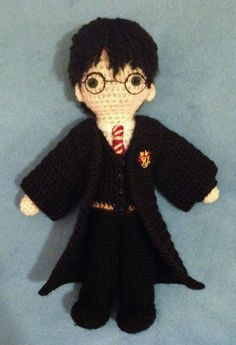Free Crochet Amigurumi Pattern for Harry Potter! He's super cute and lots of patterns for his friends from Hogwarts are available free too! Crochet Gratis, Crochet Patterns Amigurumi, Knit Or Crochet, Cute Crochet, Crochet For Kids, Crochet Dolls, Yarn Projects, Crochet Projects, Knooking