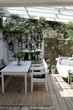 O white pergola, white porch, outdoor entertainment area, summer lunches Outdoor Rooms, Outdoor Dining, Outdoor Gardens, Indoor Outdoor, Outdoor Decor, Outdoor Carpet, Outdoor Seating, Garden Furniture, Outdoor Furniture Sets