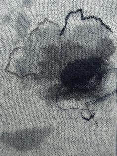 Описание вязания спицами джемпера свободного фасона лицевой гладью из мохера и украшенного цветком.