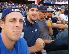 Quatro rapazes estavam curtindo um jogo de beisebol juntos e decidiram mandar uma selfie de brincade...