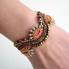 Dieses Armband verdient seinen Glanz von kontrastierenden Farben von verschiedenen großen Perlen und Swarovski Crystals. Attraktive und lebendige Stück für diejenigen, die gerne die lebendige Verschleiß. Länge: 14cm (6 1/4 ) oder 16cm (7) Breite: 3cm (1 1/4 ) Wenn Sie eine Sicken und Sie selber machen wollen, können Sie das Muster hier finden: https://www.etsy.com/uk/listing/286225483/step-by-step-instant-download-pdf?ref=shop_home_active_7 Der ...