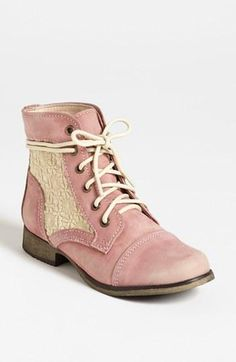 Lace on boots ! Isn't it so shabby ?