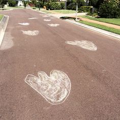 Dinosaur party idea! Draw huge Dinosaur prints with sidewalk chalk! Everyone will know where the party is!