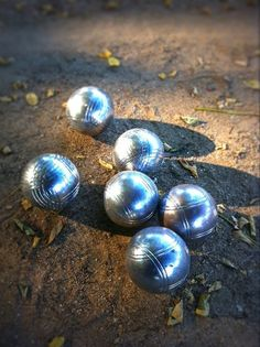 The formal sport of an acacia kingdom is petanque.