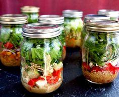 A salada no pote de vidro tem várias vantagens mantém suas folhas mais frescas não vaza; é reutilizável, logo, é bom para o meio ambiente!