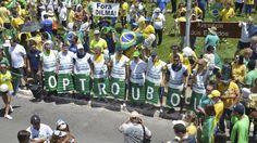Manifestantes criticam escândalo de corrupção na Petrobras durante ato em Brasília (13/03/2016)