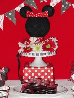 My Party Dreamz: Minnie Mouse 1st Birthday Party (Love the centerpiece!!)