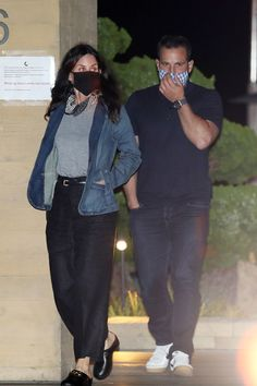 Courteney Cox in a denim jacket, striped T-shirt, high-waisted pants and clogs. #courteneycox #streetstyle #fashion #clogs #celebrity Comfy Shoes, Comfortable Shoes, Black Trousers, Celebrity Look, Cozy Sweaters, 70s Fashion, Minimalist Fashion, Clogs, Leather Jacket
