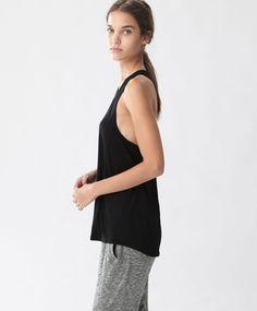 T-shirt sport - Yoga - Dernières tendances Automne Hiver 2016 en mode femme chez OYSHO online : lingerie, vêtements de sport, pyjamas, bain, maillots de bain, bodies, robe de chambre, accessoires et chaussures.