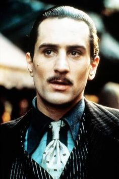 Robert De Niro comme Don Vito Corleone dans The Godfather Part II 1974 Corleone Family, Don Corleone, The Godfather Part Ii, Godfather Movie, Al Pacino, Movie Stars, Movie Tv, Gangster Movies, Photo Star