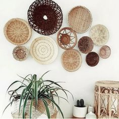 Creating a wicker basket gallery wall (chic.city) - Creating a wicker basket gallery wall Boho Living Room, Living Room Decor, Bedroom Decor, Baskets On Wall, Wicker Baskets, Cane Baskets, Easter Baskets, Cheap Diy Home Decor, Basket Decoration