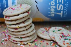 Take cookies. Add sprinkles. Instantly 100x BETTER! Add fun to your dessert tray with these Quest NutritionVanilla Sprinkle Cookies recipe by @KimHoeltje. Each cookie has 29g of protein! Ingredients: 1 scoop Quest Vanilla Milkshake Protein…