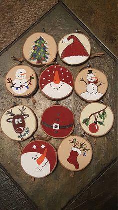 Juste à temps pour décorer votre sapin de Noël ! Lot de 10 décorations fabriqué à partir de tranches de bois (bois a été obtenu occasion bien que nous pensons que c'est érable à Giguère). Un côté est en bois naturel et de l'autre côté est peint avec de la peinture acrylique. Chaque