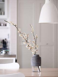 桜や梅の枝を生ければ、日本の心を映し出したかの様な和の雰囲気に。すっきりとしたモダンなフォルムが、日本の風景にも溶け込みます。