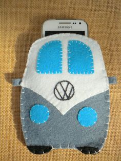 Custom felt phone case universal. It can be personalized on the backside on the plate....