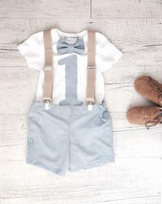 Una graziosa speciale primo compleanno outfit per i ragazzi poco più cool! Tuta intera con 1 cucita sul corrispondente Papillon e pantaloncini corti e le bretelle più cool di bambini piccoli. Il set con sono disponibili in taglia 1 (12-18 mesi) se il vostro piccolo tipo è un po più piccolo