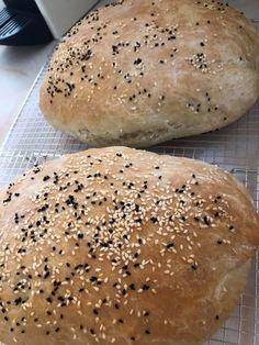 Συνταγή για ψωμί που δεν την αλλάζεις με καμία - Χρυσές Συνταγές Happy Foods, Hamburger, Biscuits, Food And Drink, Cookies, Basel, Breads, Crack Crackers, Crack Crackers