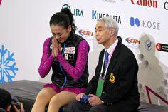女子SPの演技後、カメラに向かって手を合わせる浅田真央。隣は佐藤信夫コーチ=白井伸洋撮影