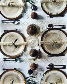 Gold tone Christmas table by @carolina_pezzotti