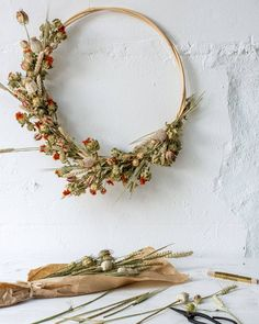 Beautiful Modern dried flower hoop wreath with pods, safflower and thistle. The palette of this dried floral is subtle and lovely. Dried Flower Wreaths, Fall Wreaths, Fleurs Diy, Deco Nature, Floral Hoops, Ceramic Flowers, Fall Diy, Summer Wreath, Diy Flowers