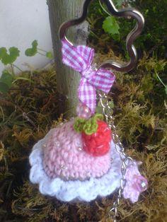 Schlüsselanhänger gehäkelter Muffin mit Erdbeere nettes Geschenk mal wieder....