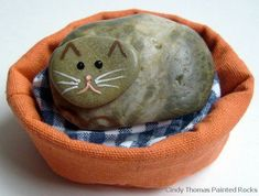Stone Cat in a Basket - Tutorial for Painting Shiny Rocks. Painting Rock Stone Animals, Nativity Sets More: Simple Rock Painting Idea for Polished Stones Pebble Painting, Pebble Art, Stone Painting, Painted Rocks Craft, Hand Painted Rocks, Painted Stones, Stone Crafts, Rock Crafts, Kid Crafts