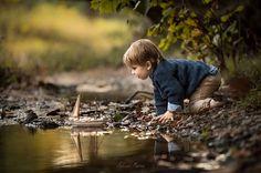 """Um estudante de odontologia de Louisville, Kentucky, nos Estados Unidos, tem se inspirado em seus filhos pequenos para explorar a fotografia de forma incrível. Adrian Murray não larga mão de sua câmera nos passeios de família e registra imagens maravilhosas dos seus dois filhos explorando o mundo. As fotos capturam perfeitamente a magia da infância e a bela paisagem rural da região. """"Tirei fotos no passado, mas nunca com um propósito. Até que finalmente eu tivesse algo que eu queria ..."""
