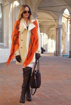 トレンチコートとエルメスオレンジのストールを合わせた、王道エレガントなスタイル。ストールをたたんでコートの襟にかけるだけで、美しいスカーフのシルエットが楽しめます。