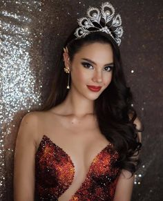 Here, we talking about Miss Universe 2018 - Catriona Gray Biography. Pageant Makeup, Beauty Pageant, Most Beautiful Faces, Gorgeous Women, Grey Fashion, Look Fashion, Miss Universe Gowns, Miss Universe Philippines, Filipina Beauty