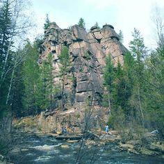 скальник Витязь и его окрестности. Рубрика: куда в отпуск? В Сибирь!😂 #Сибирь#иркутскаяобласть#скальниквитязь#изархива#siberia#irk#climbing#nature#naturetravel#naturephoto ##picture#discovery#adventure#traveller#travel#travelph#forest#river#vsco#vscotravel#vscorussia  #Regram via @daria_mukosey)
