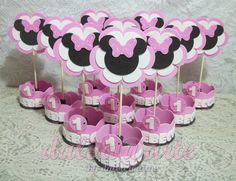 The video consists of 23 Christmas craft ideas. Festa Mickey Baby, Minnie Mouse 1st Birthday, Minnie Mouse Cake, Mickey Party, Miki Mouse, 1st Birthday Cake Topper, Mouse Parties, Christmas Decorations To Make, First Birthdays