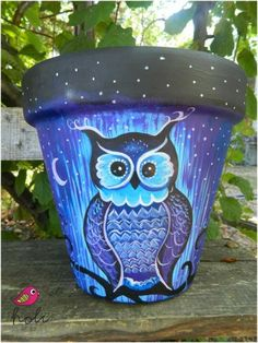Hand Painted Flower Pots can be as simple or as elaborate as you wish. Here is a collection of some of the most beautiful hand painted pots around. Clay Pot Projects, Clay Pot Crafts, Owl Crafts, Shell Crafts, Painted Clay Pots, Painted Flower Pots, Painted Pebbles, Hand Painted, Flower Pot Art