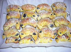 Makové rohlíčky - recepty a vaření Poslirecept.cz Czech Recipes, Bagel, Baking Recipes, Bread, Hamburger, Desserts, Food, Basket, Cooking Recipes