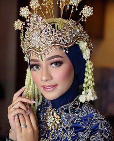 Indian bridal photography poses makeup 25 new ideas Muslimah Wedding Dress, Muslim Wedding Dresses, Bridal Wedding Dresses, Wedding Hijab, Bridal Lehenga, Bridal Bouquets, Bridal Braids, Indian Wedding Photography