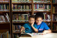 Sidineia lê para seu filho Octavio, de 7 anos. Por falta de bibliotecas na rede pública, ela se juntou a outros jovens da região onde mora em São Paulo para fundar uma biblioteca comunitária (Foto: Flávio Florido/ÉPOCA)