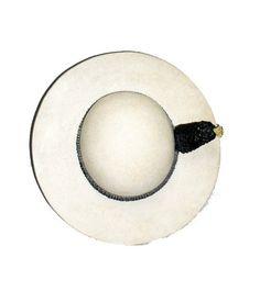 Elegante sombrero de picador o castoreño.Seconfeccionaba con piel de castor, de ahí su nombre, aunque ahora se emplean otros materiales como el fieltro.Hecho en España y de color blanco natural.