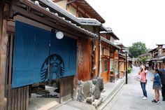 二寧坂に構えた店舗。のれんは伝統的な染めものをイメージし、藍色を選んだ=27日午前9時38分、京都市東山区、佐藤慈子撮影