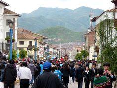 Dans une des allées principales de #cusco #perou au milieu des montagnes