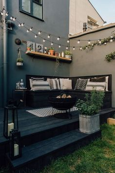 Decking for your outdoor living space Design inspiration for small guests . Decking for your outdoor living space Design inspiration for small gardens - patio ideas :: market lighting # plants - diy modern screen wall Back Garden Design, Small Backyard Design, House Garden Design, Garden Design Ideas, Small Deck Designs, Backyard Patio Designs, Small Backyard Patio, Narrow Backyard Ideas, Landscaping Design