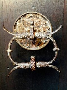 Aldaba del Castillo. Doorknocker Castle Johannisburg Antique Door Knockers, Door Knobs And Knockers, Antique Doors, Door Pull Handles, Knobs And Handles, Door And Window Design, Window Accessories, Door Detail, Cool Doors