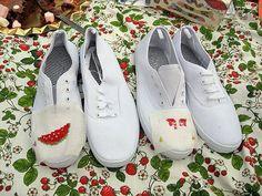 zapatillas con adornos en punto de cruz