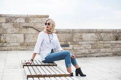 Aktuelle Trend-Pieces: Mom Jeans, weiße geknotete Bluse, schwarzer Mantel und Choker von Zara stylisch kombiniert auf der Kasseler Grimm-Welt