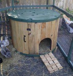 que faire avec des tourets, suggestion intéressante, poulailler DIY en bois transformé en une maisonnette en bois