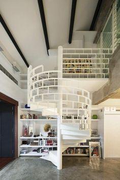 barandilla original en la escalera blanca