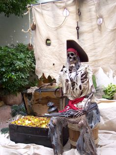 76 very good halloween decorations ideas 6 Pirate Halloween Decorations, Pirate Halloween Party, Decoration Pirate, Halloween Displays, Pirate Birthday, Outdoor Halloween, Halloween Themes, Halloween Crafts, Pirate Crafts