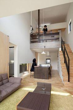 #迴游の住宅 在奈良縣的新興住宅地,YYAA沿用周邊綠地的環境優勢,為這小住宅創建小庭院與大陽台,讓陽光與綠意由內到外都包覆著房子。房子後端的延廊融入戶外庭院,延續了傳統房舍的親外性;室內的小中庭創造了端景與迴游空間,讓內部空間與活動中的人依舊能被綠意環抱。 via YYAA山本嘉寛建築設計事務所
