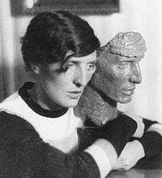"""Nach ihr wurde die Frohnauer Sintenis-Schule benannt: Renée Alice Sintenis stammte aus der hugenottischen Familie Saint-Denis. 1888 wurde sie im schlesischen Glatz geboren. Auf Wunsch des Vaters begann sie eine Sekretärinnenausbildung. Als sie diese aufgab, kam es zum Bruch mit ihm. Seit 1920 wurde sie von dem Kunsthändler Paul Flechtheim gefördert. Unter den Nationalsozialisten galt die als """"entartet"""". Sie starb am 1965 in Berlin."""
